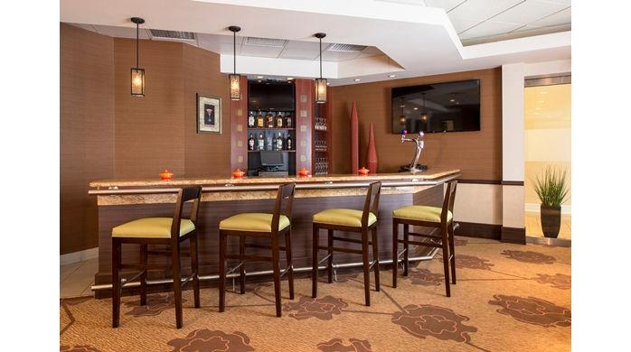 hilton garden inn loungebar001_22_698x390_fittobox_center