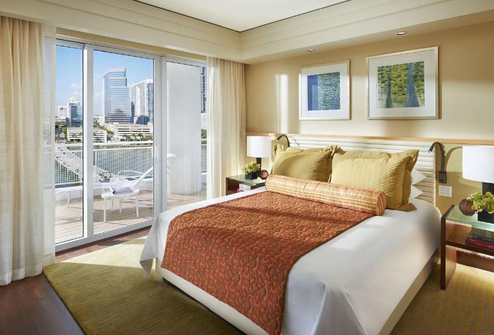 miami-2014-suite-dynasty-bedroom