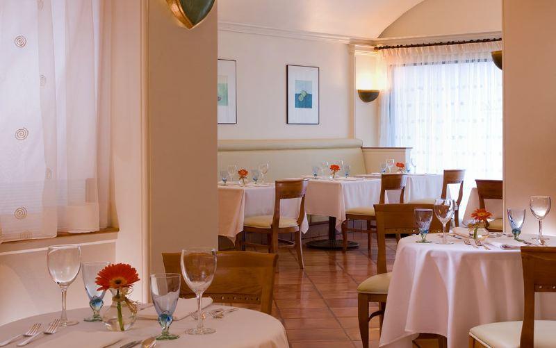 02-dining-smeraldis-restaurant