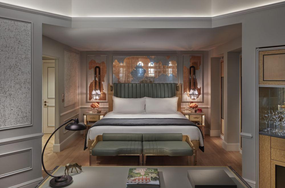 london-2017-suite-turret-bedroom
